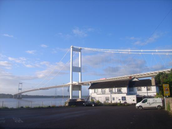 Beachley, UK: Recht onder de brug, zonder verkeers lawaai