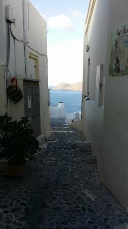 The Museum Spa Wellness Santorini Hotel: Walkway