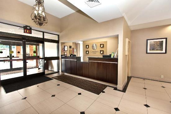 Comfort Inn Bluefield: Lobby Desk Area
