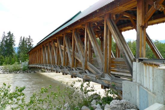 Kicking Horse Pedestrian Bridge: Interesting construction
