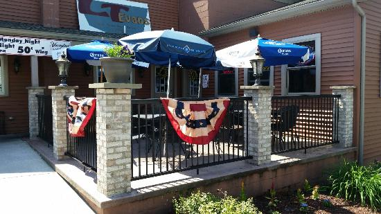 L T Evans Eatery & Drafthouse: Enjoy good food and drink on our patio!