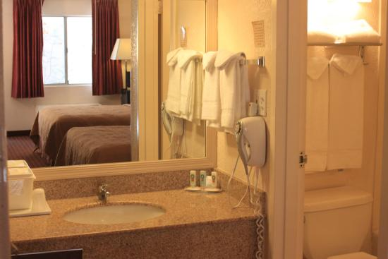 Quality Inn & Suites: Rooms with attached bath