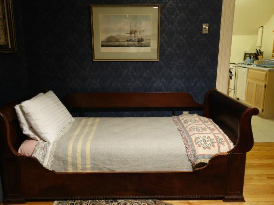 Elmwood Heritage Inn: Living room sofa converted into the comfy sleigh bed