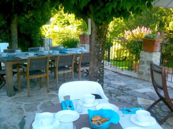 Saint-Andre-et-Appelles, France: Terrasse et petits déjeuners