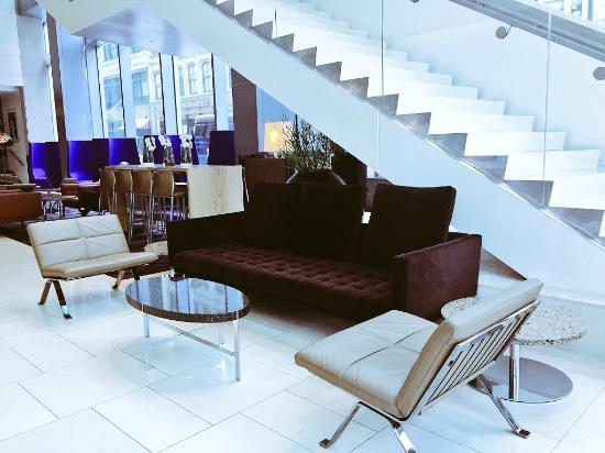 Fairmont Pittsburgh: Modern Lobby