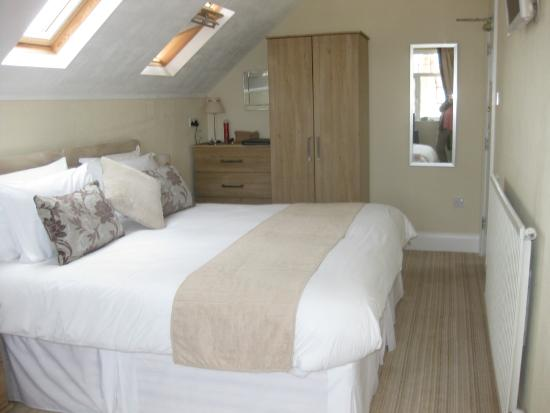 Cleave Court Bed & Breakfast: 5th floor en-suite very large bed.
