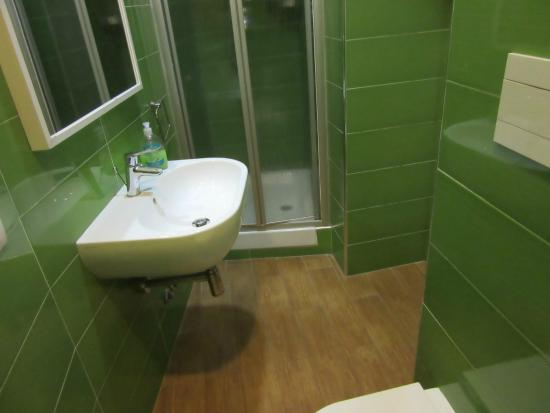 La Controra Hostel Rome: ensuite bathroom