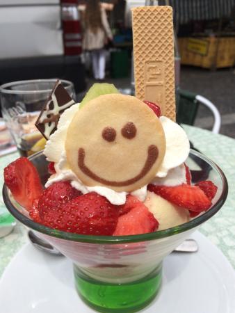 Dom-Cafe: Vanilla ice cream with strawberries (in season)
