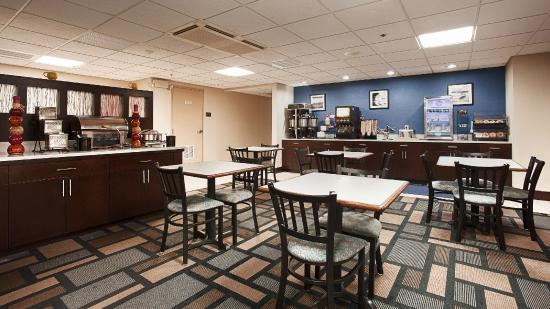 BEST WESTERN PLUS Berkshire Hills Inn & Suites: Breakfast area