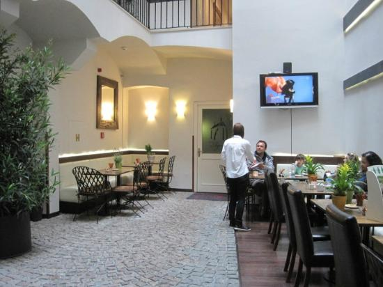 Hotel Residence Agnes: The open patio style lobby