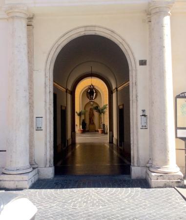 Hotel Fontanella Borghese: Ingång från gatan