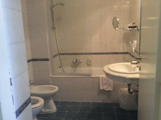 Hotel Fontanella Borghese: Badrum rum 213