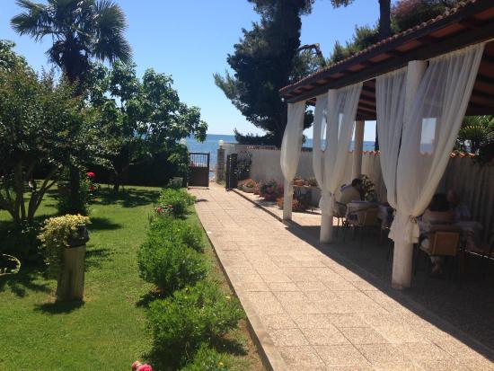 Antonia: patio ed accesso al mare