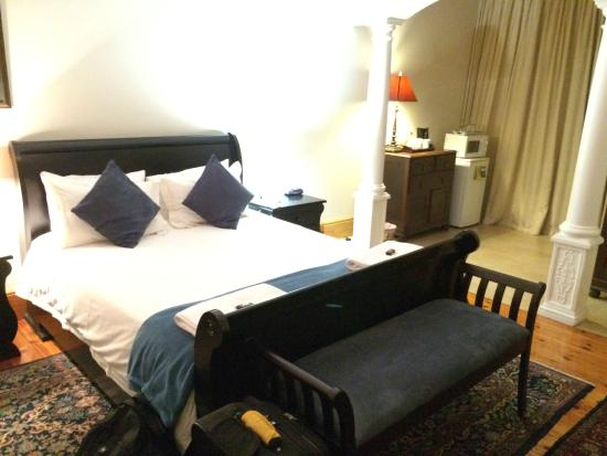 50 College Drive Bed and Breakfast: Big bed, very comfortable!
