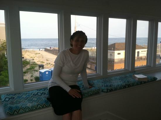 Jolly Roger Motel: View from gazebo overlooking beach