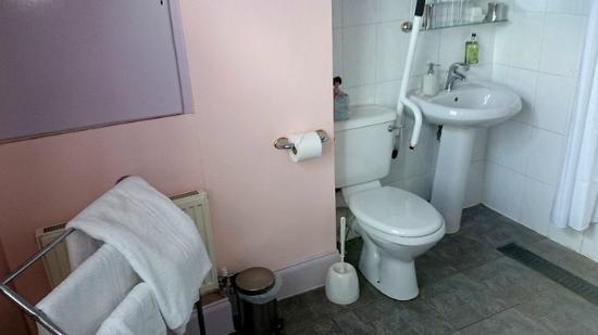 Mug House Inn: Bathroom