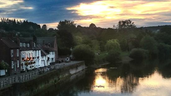 Mug House Inn: View of hotel from river bridge
