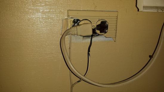 Surfside Inn: Rigged or unsafe outlets.