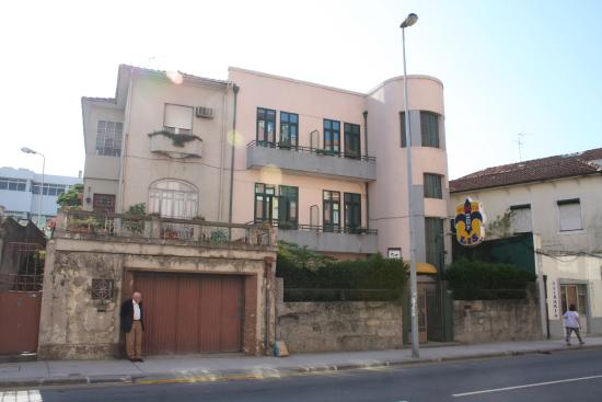 Residencia LIS B&B and Parking: outside view of front of hotel, from street