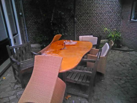 Juliana Bed & Breakfast: outside table