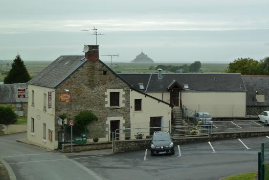 La Casserole de la Baie: vue hôtel et baie depuis église Huisnes