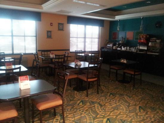 Comfort Inn & Suites Northeast - Gateway: Breakfast area.