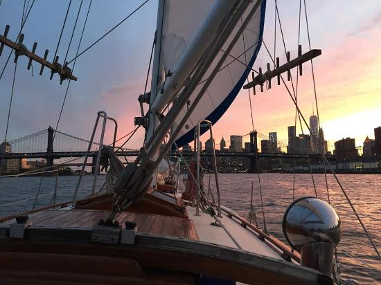 Narwhal Yacht Charters : Sunset sailing on the East River!