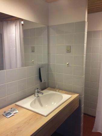 Griffen Spa Hotel: Interiør på toilet: Slidt, umoderne og ulækkert.