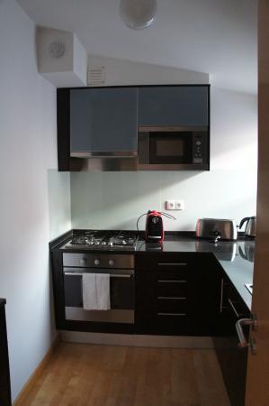 The Lisbonaire Apartments: kitchen2