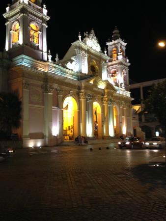 Nuestra Señora de la Merced: A noite realça sua arquitetura.