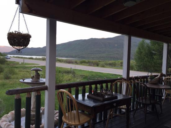 Twin Lakes Roadhouse Lodge: Porch area
