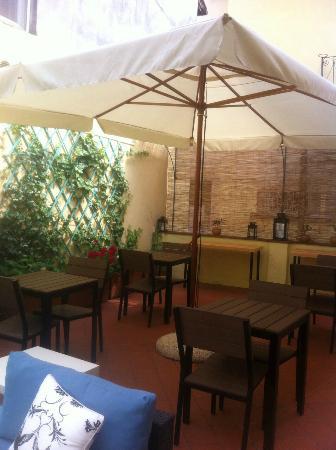 Bed & Breakfast Lucca in Centro: A área continua ao terraço local onde é servido o café da manhã