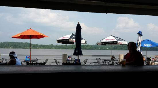 Go Fish Marina Bar & Grill: Sitting at bar!!