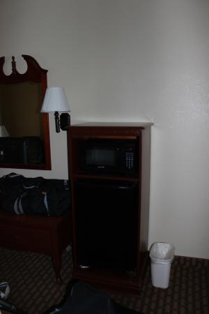 BEST WESTERN Bradbury Inn & Suites: Microwave and fridge