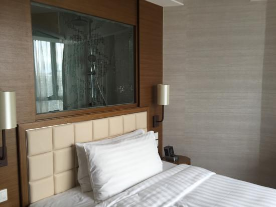 Dorsett Kwun Tong, Hong Kong: Nice comfy bed and great view from the shower