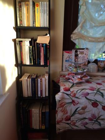 B&B Raffiori: Esterno, giardini e biblioteca in sala colazione