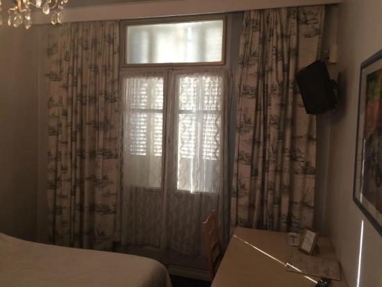 Hotel de Bourgogne : simple vitrage .. défraîchi .. le mot est faible