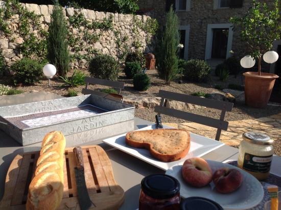 Château L'Arnaude : Al fresco 'petit dejeuner'