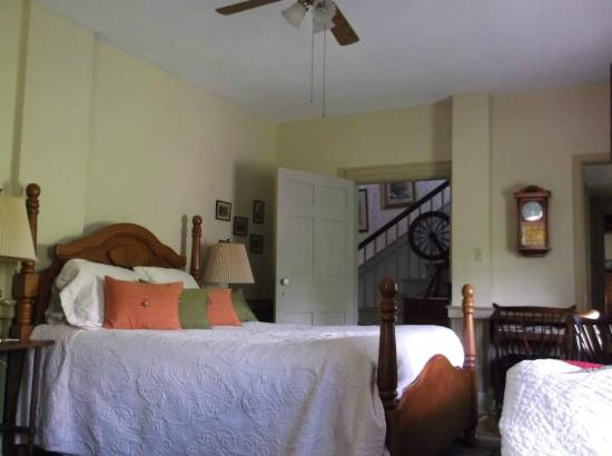 Glades Pike Inn: Our very comfortable room