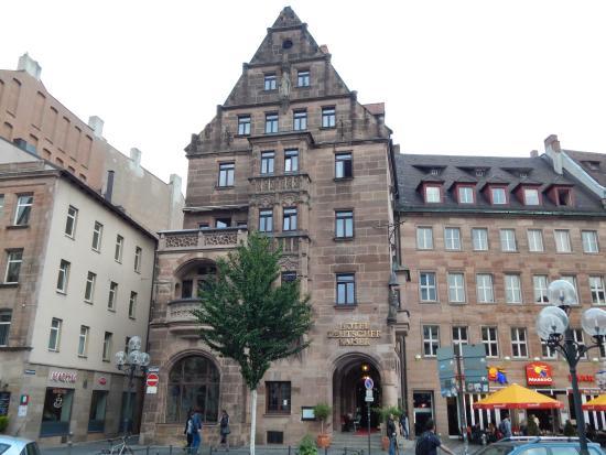 Deutscher Kaiser Nuremberg : Hotel viewed from shopping precint