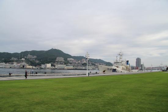 Nagasaki Seaside Park: 芝生の広場から長崎港を望む