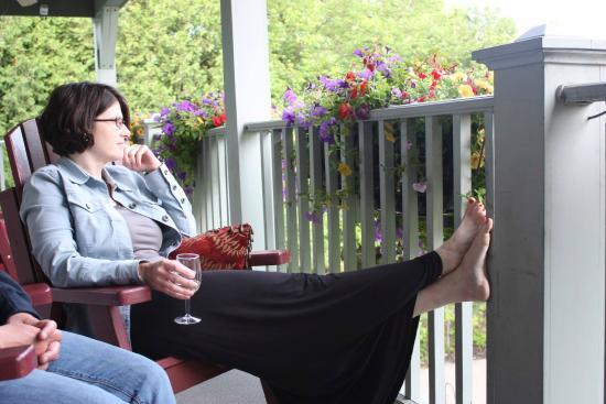 WeatherPine Inn: Relax on the beautiful Balcony!