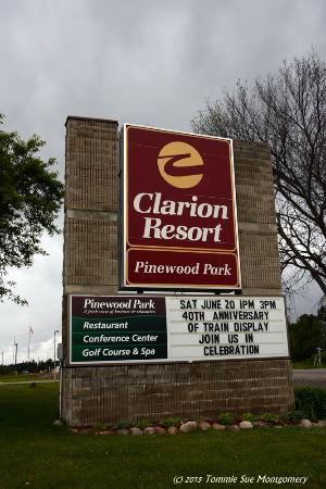 Clarion Resort Pinewood Park : Sign at entrance to resort
