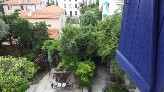 Hotel Villa La Malouine: View over the gardens at the rear.