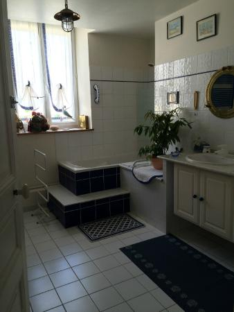 Chambre d'hote Cathedrale: HUGE bathroom
