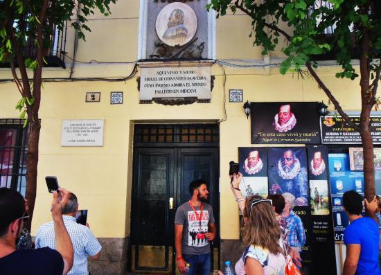 SANDEMANs NEW Europe - Madrid: En la puerta de la Casa de Miguel de Cervantes Saavedra
