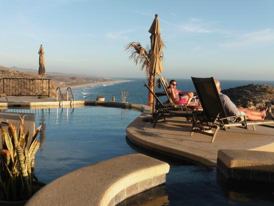 Arriba de la Roca : Hot tub and pool facing the ocean