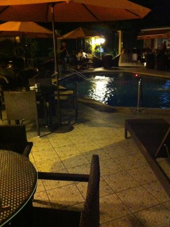 Trade Winds Hotel : Seating area around the pool