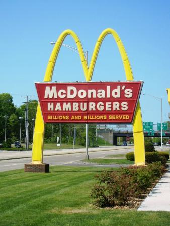 mcdonald s om Als de film afgelopen is ga je naar mcdonald's om daar een happy meal te eten de prijzen zijn €7,71 per kind, dat is voor de film en een happy meal.
