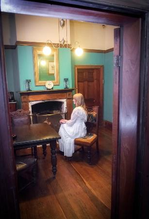 Crown & Anchor Inn: Historic sitting room with open fire.